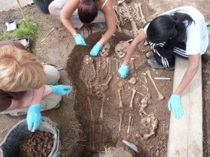 Students-excavating-in-the-Medieval-graveyard-credit-Alan-Wilmshurstsmall-580x435.jpg