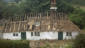 Mill Farm, Mapledurham, Oxfordshire during re-thatching in 2004. This cruck-built three-bay house dated to 1335 survives almost in its original state, except for the insertion of the chimney stack in the late 15th or early 16th century and new doors and windows in the 18th century. Image: Nat Alcock