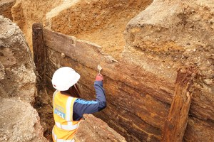 Archaeologists-excavating-the-timber-structure