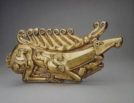 Χρυσή πλάκα με μορφή ξαπλωμένου ελαφιού (φωτ. ΑΠΕ-ΜΠΕ).