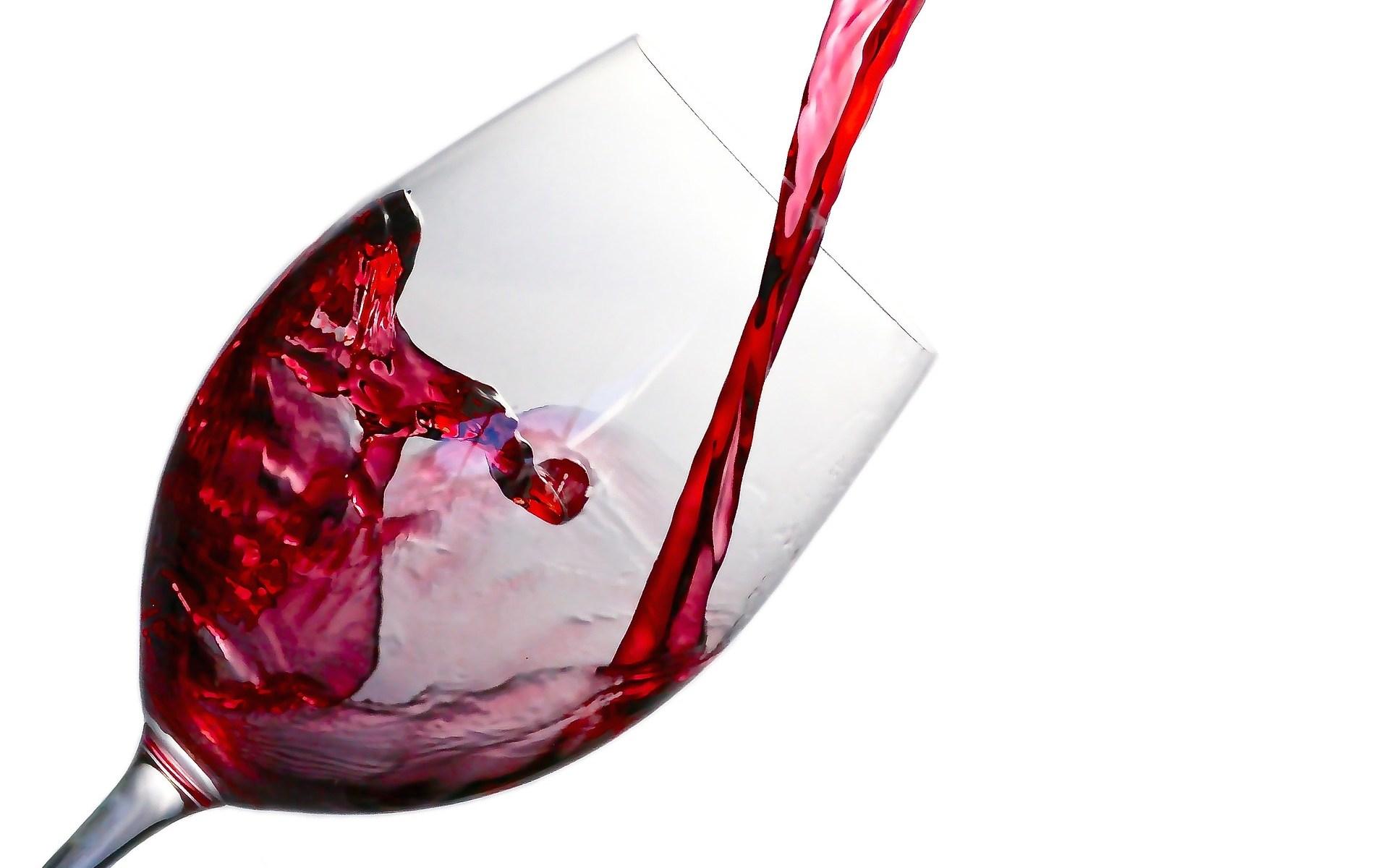 Rode wijn in wijnglas geschonken