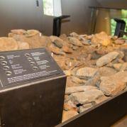 Das 1:3 Modell der Felsmulde in der Ötzi lag<br/>Il modello in 1:3 della conca di Ötzi<br/>The 1:3 model of the gully, where the Iceman was found