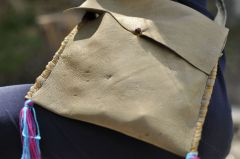 Kunstwerke entstanden im Kindersommer im archeoParc SchnalstalBorse di cuoio costruite durante il grest estivo nell'archeoParc Val Senalesleather bag from the sewing workshop during the summer camp at the archeoParc Val SenalesJuly 2018