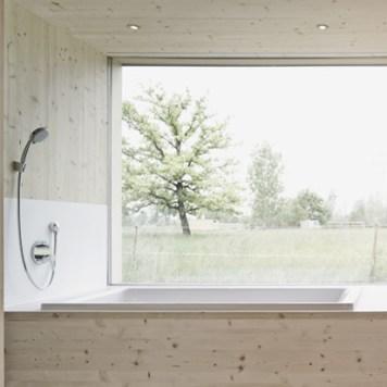 Georg Bechter Architektur - Strohhaus Badezimmer mit viel Holz