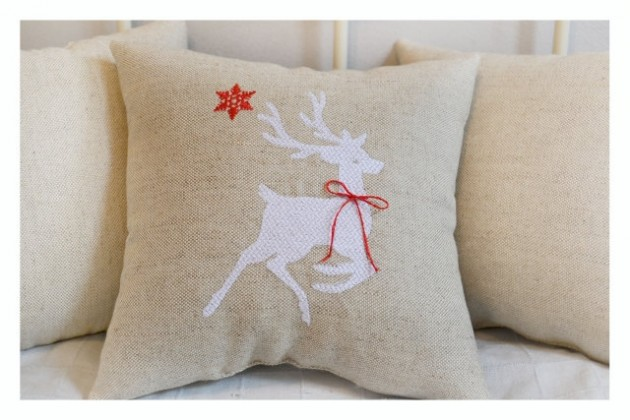 15 Festive Handmade Christmas Pillows For a Perfect