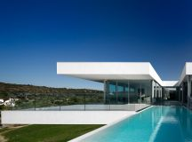 Villa Escarpa by Mario Martins in Luz, Portugal