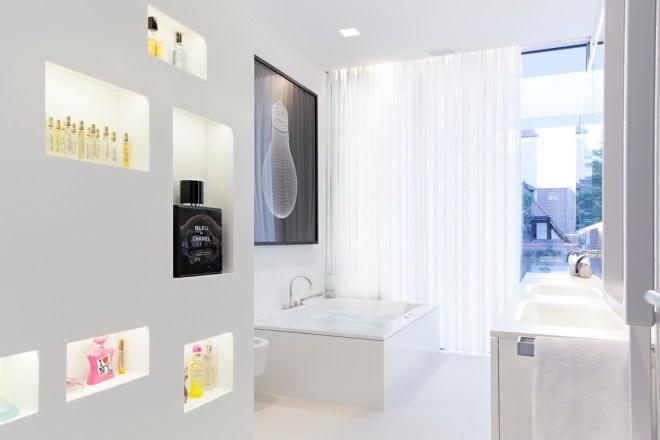 Modern white bathroom in House M