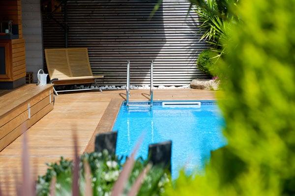 piscine et terrasse en bois d'une masion bois