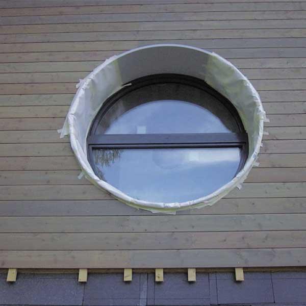bardage et fenêtre en bois d'une maison bois grise