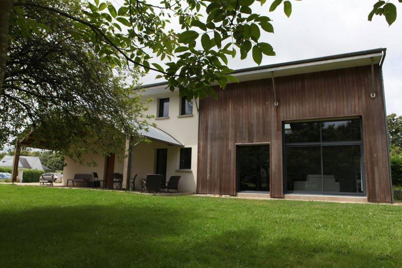maison familial et bioclimatique avec extension en bois et jardin