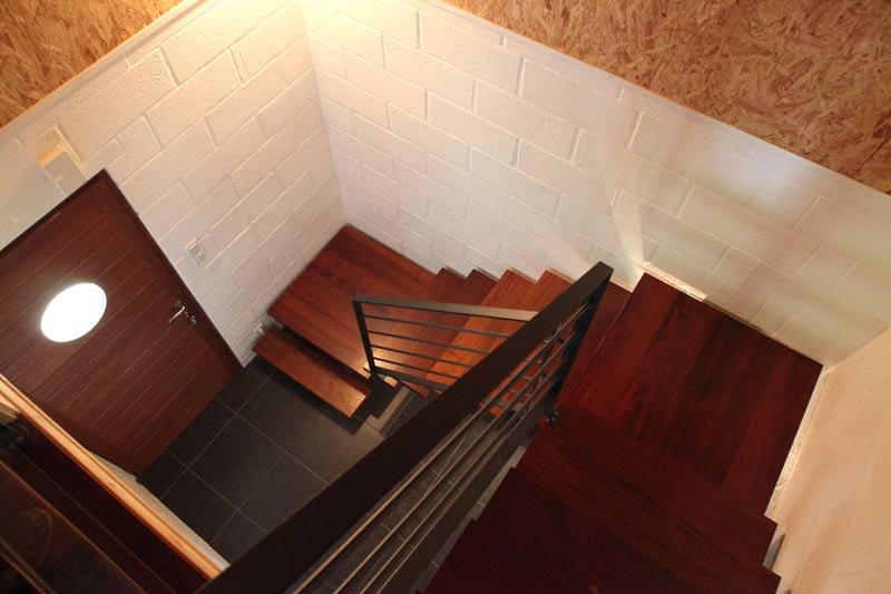 entrée et escaliers en bois d'une maison avec un extension en bois