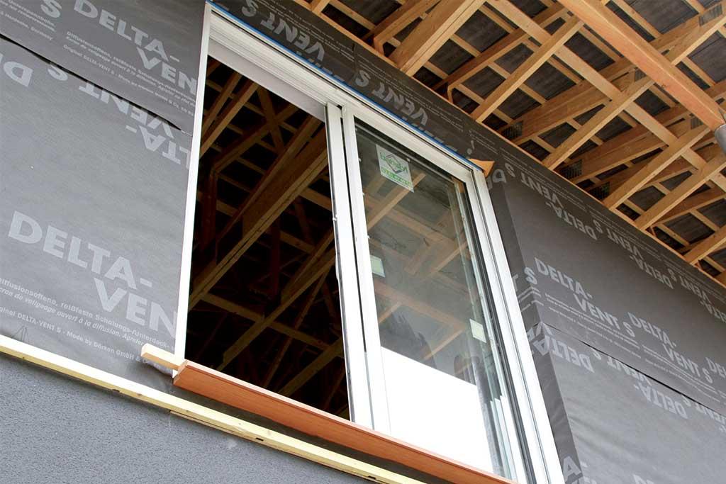 isolation avec fenêtre d'une maison bois en construction