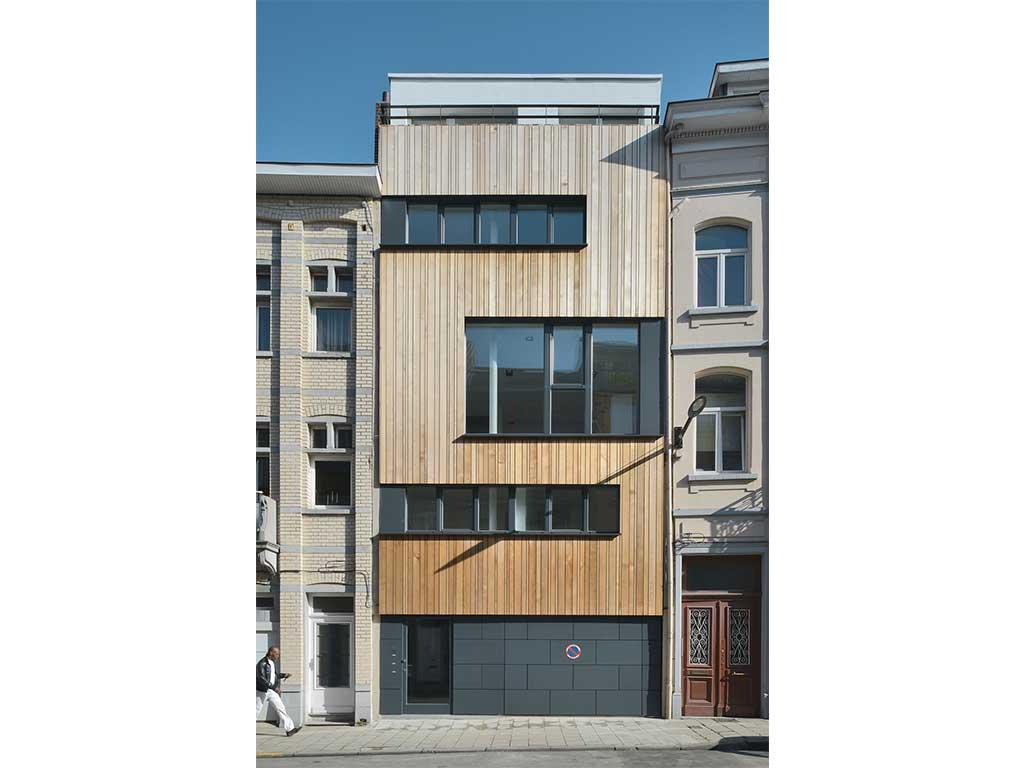 maison bois moderne dans la ville