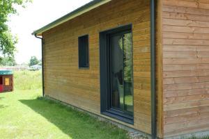 une maison ossature bois moderne avec jardin et piscine