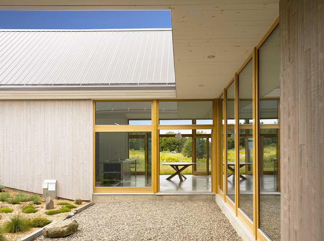 reportage-architecturebois-maison-dossier-kit-habitat-wood-house-bois-fenetre-rt2012-canada-oosaturebois-jumelles-7