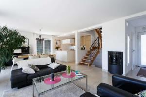 cuisine avec salon et escaliers en bois