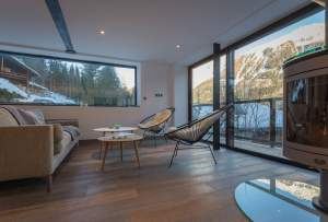 aménagement intérieur d'un chalet bois moderne et familial dans les montagnes