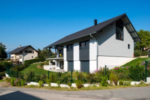une maison bois familial avec jardin