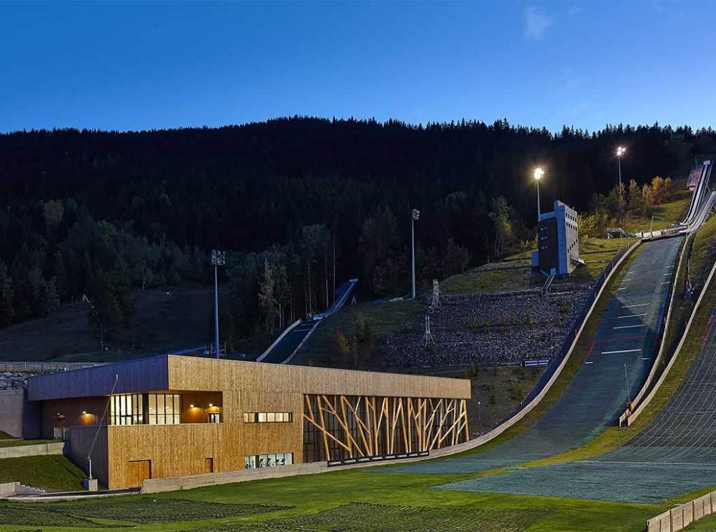 Tremplin de saut à ski avec maison bois