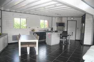 aménagement intérieur d'une maison bois moderne avec jardin conçu par booa
