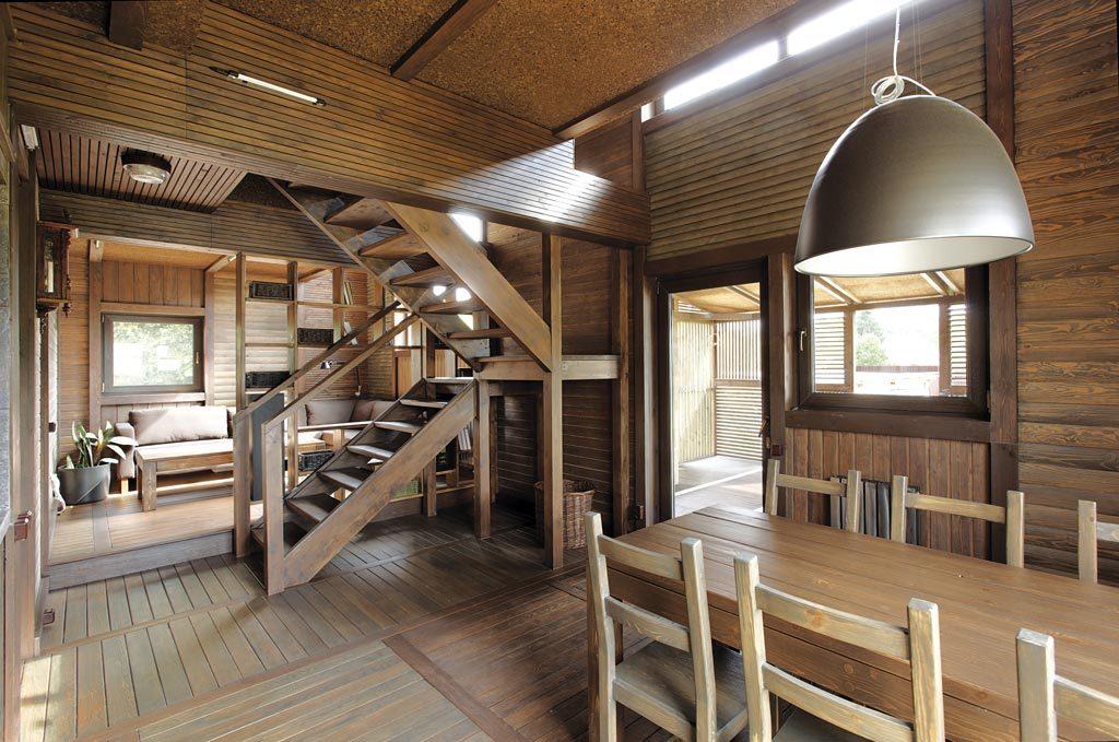 séjour et escaliers en bois
