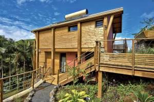 maison bois moderne au millieu de la nature