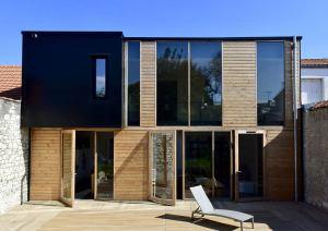 terrasse d'une maison bois moderne à la Rochelle