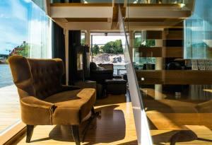 aménagement intérieur d'une maison bois moderne au côte de la mer