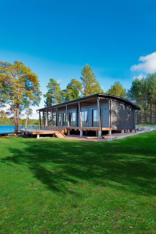 petite pavillon en bois au bord du lac scandinave Serenus Mhy