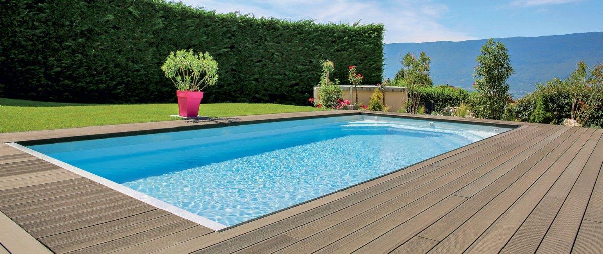 piscine avec terrasse en bois d'une miason boiss