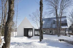 maison bois enneigée