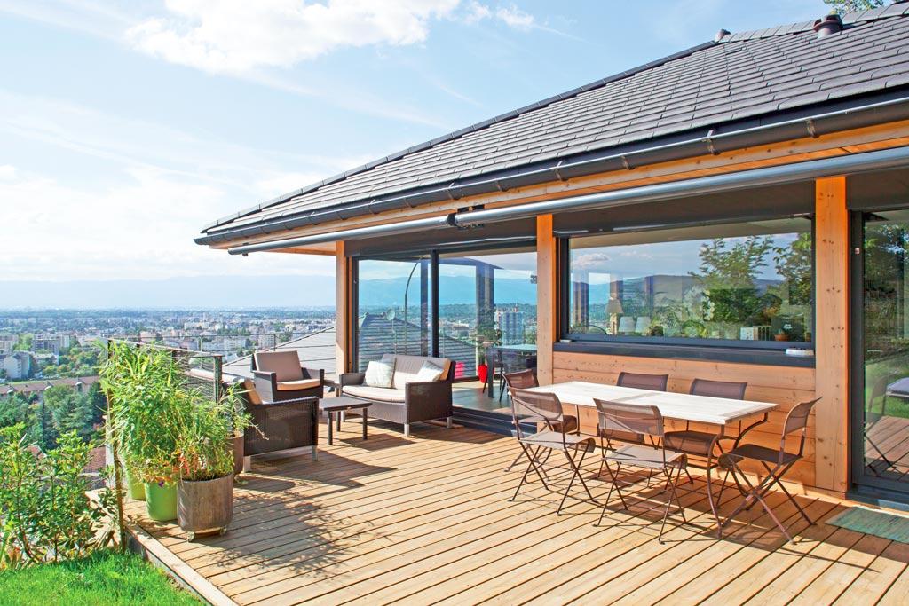 maison bois avec terrasse en bois, jardin et vue magnifique