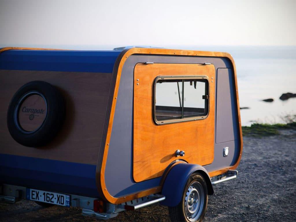 une caravane, appelée carapate