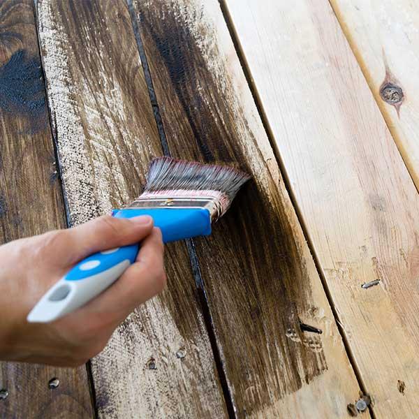Finition peinture bois appliquée au pinceau © Pixabay