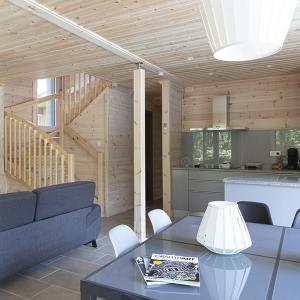 séjour ave escaliers en bois dans maison bois familial
