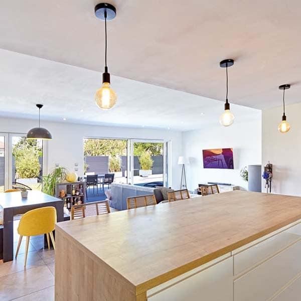 idée de décoration intérieure d'une belle petite maison en bois (table à manger, cuisine, salon)