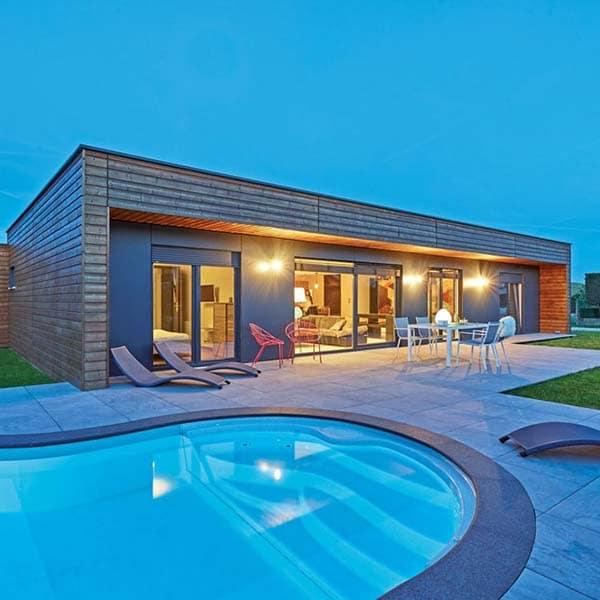 maison préfabriquée en bois avec piscine et terrasse en bois