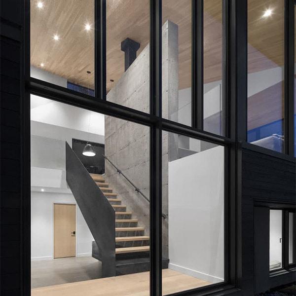 design intérieur d'une confortable maison en bois au canada