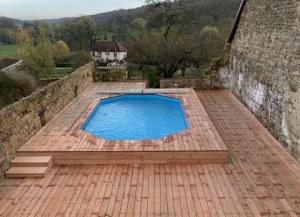 piscine et terrasse en bois d'une maison bois
