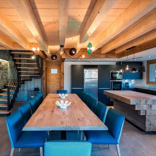 cuisine ouverte en bois avec salle à manger dans chalet confortable en bois