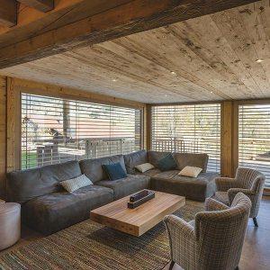 séjour bois confortable au parquet dans un chalet bois familial au Vosges