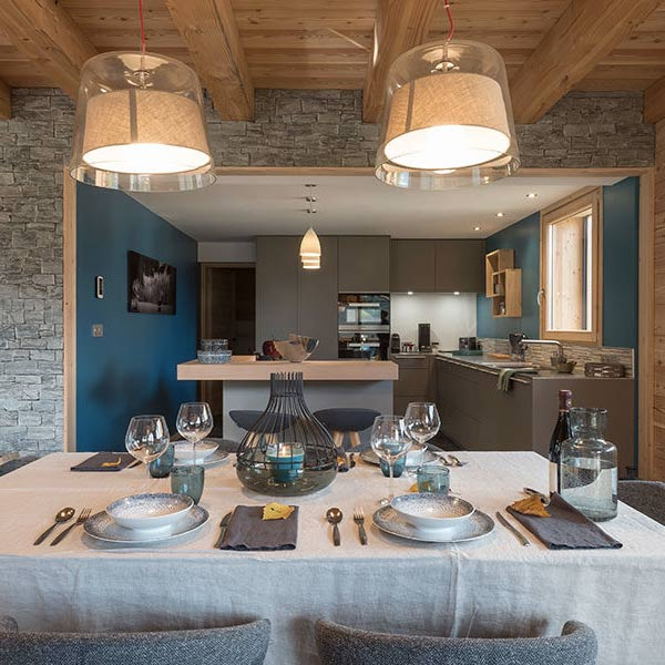 salle à manger et cuisine ouverte en design moderne d'un chalet en bois