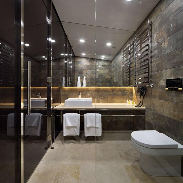 salle de bains avec sol de marbre dans maison bois familial
