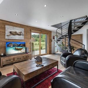 séjour avec parquet et escaliers dans maison bois avec Hotpot