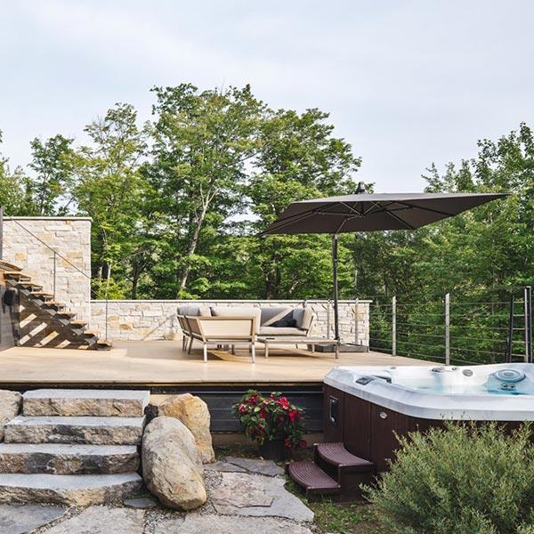 terrasse en bois avec whirlpool