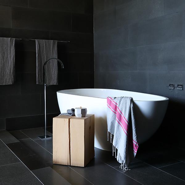 salle de bains moderne avec baignoire dans maison moderne à Vancouver