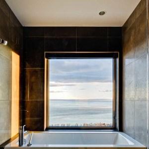 Salle de bain avec baignoire dans maison bois près du Québec