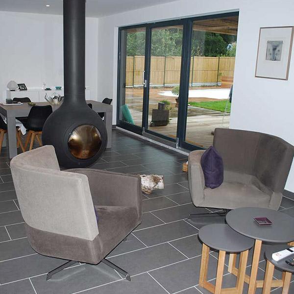 séjour avec cheminée moderne dans maison bois en Haut-Rhin