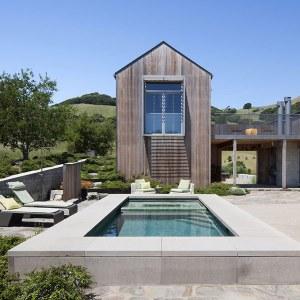ranch moderne en bois avec piscine