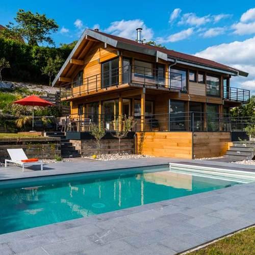 maison bois avec piscine et terrasse en pierre